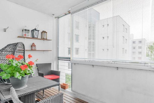 Asunnon lasitetulta parvekkeelta on näkymät taloyhtiön sisäpihalle.