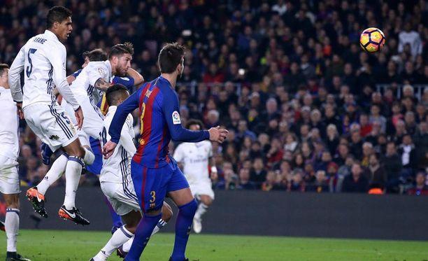 Sergio Ramos (toinen vas.) puskee Real Madridille tärkeän El Clásico-tasuripisteen.