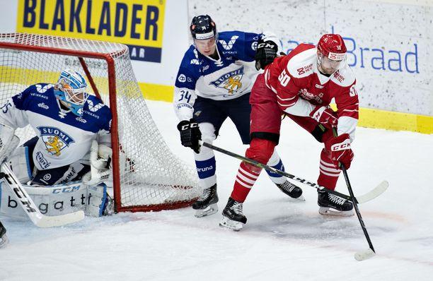 Kaapo Kakko (keskellä) pelasi upeasti ja valittiin ottelun parhaaksi pelaajaksi.