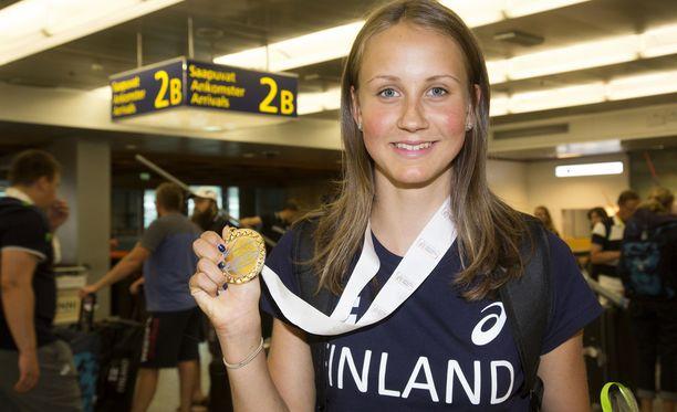 Viivi Lehikoinen esitteli nuorten EM-kultamitalia hymyissä suin.