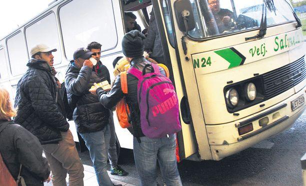 Sisäministeriö varaa lisää rahaa myös poliisien lisäpalkkaukseen. Aallon mukaan sisäministeriö ei kuitenkaan aio lisätä Rajavartiolaitoksen resusseja. Kuvassa turvapaikanhakijoita Torniossa.