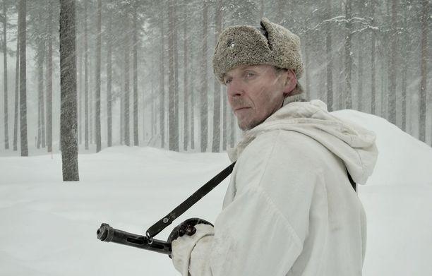 Eero Ahon esittämä Antero Rokka joutuu muiden sotilaiden tapaan viettämään rintamalla pitkiä aikoja erossa perheestään.