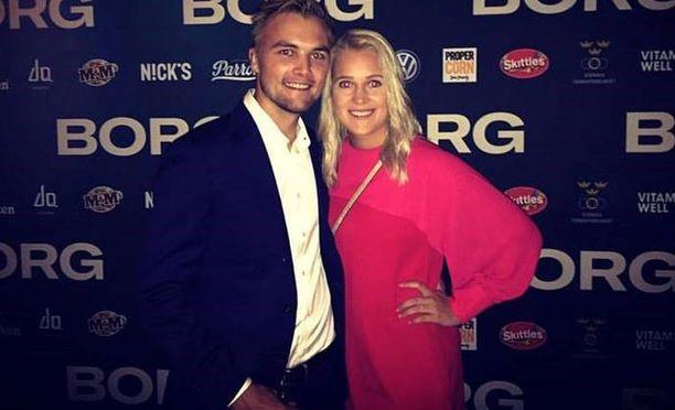 Henrik Sillanpää ja Ella-tyttöystävä ensi-iltatunnelmissa.
