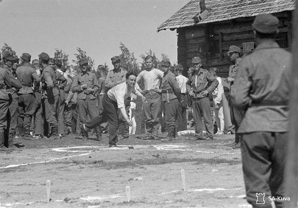 Urheilumittelöt kuuluivat Juhannukseen. Kuulantyöntö oli juuri alkamassa Termolassa pidetyissä kilpailuissa 1942.