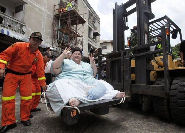 ULKOILEMASSA Thaimaan lihavin nainen Umnuayporn Tongprapai pääsi eilen ulos ensimmäisen kerran kolmeen vuoteen. 274 kiloa painava lady selvisi ulos asunnostaan haarukkatrukin avustuksella.