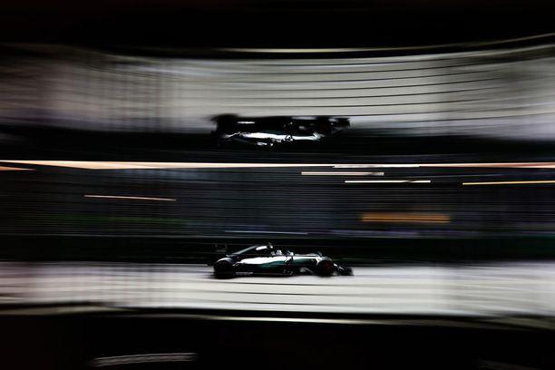 Nico Rosberg nousi vihdoin F1-maailmanmestariksi - ja lopetti sitten yllättäen uransa. Tämä taiteellinen otos on Singaporen GP:stä.