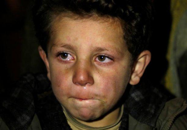 Pikkupoika odotti evakuointiaan Madayassa maanantaina. YK:n mukaan 400 ihmistä on evakuoitava kaupungista heti.