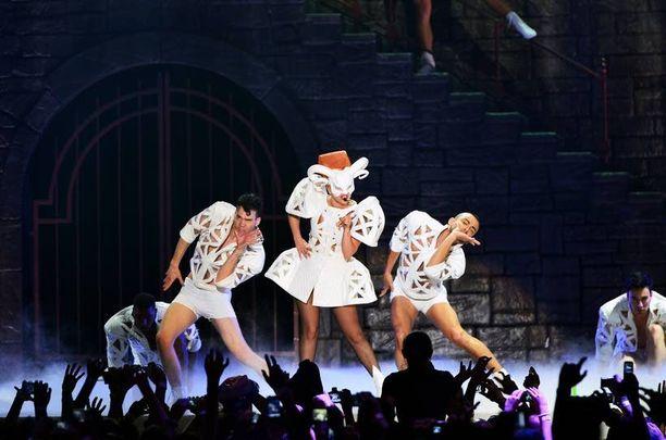 Lady Gaga on kertonut, että show on niin rankka, ettei hän useinkaan selviä siitä oksentamatta.