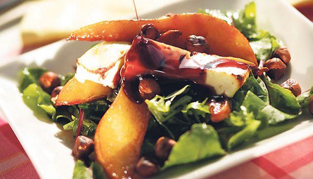 Paistetut päärynälohkot ja fetajuusto luovat salaattiin lämpimän ruuan tuntua.