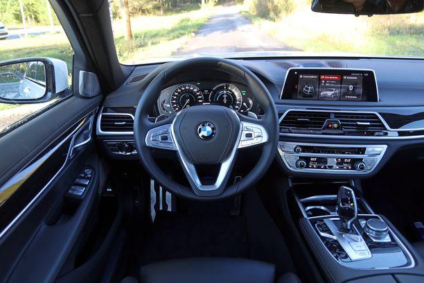 BMW:n ohjaamo on selkeä ja toimiva.  Toistaiseksi virtuaalimittaristoja ei ole.