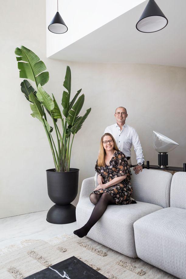 Kuvassa Saija ja Petri Nylund. Ajattoman tyylikäs ja persoonallinen koti esitellään vuoden 2020 Tuusulan asuntomessuilla kesällä.