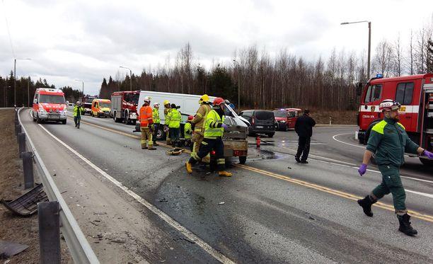 Pakettiauto ja henkilöauto kolaroivat Otavan liitymän kohdalla.