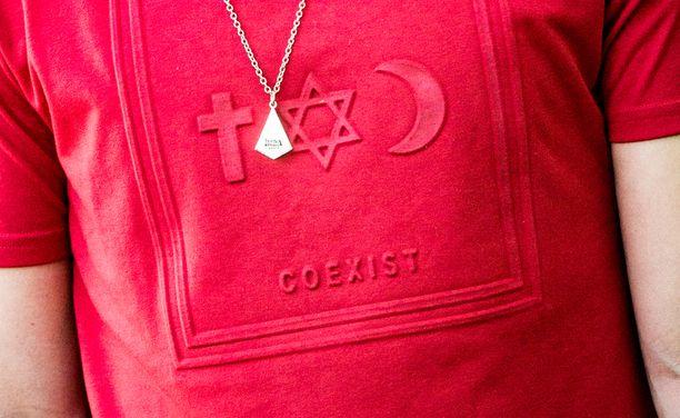 """Paidassa on uskonnollista symboliikkaa sekä teksti """"coexist"""" eli """"elää rinnakkain""""."""