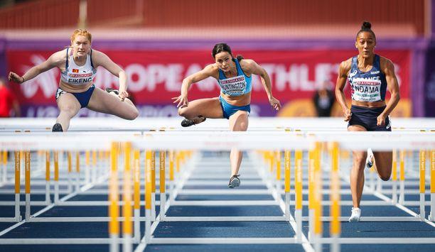 Maria Huntington (keskellä) avasi seitsenottelun juoksemalla 100 metrin aidat aikaan 13,89.