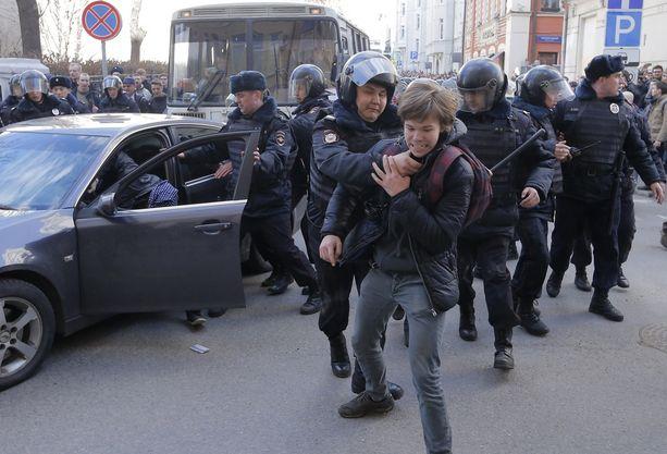 Poliisi ei säästellyt otteitaan ihmisiä pidättäessään.