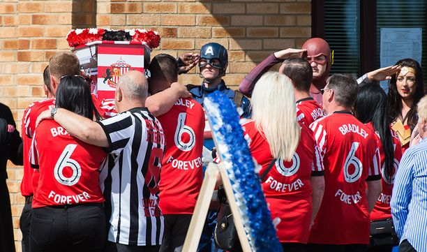 Supersankariasuihin sonnustautuneet hautajaisvieraat tekivät kunniaa Bradley Lowerylle.