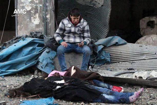 YK on varoittanut, että Alepposta on tulossa valtava hautasmaa. Kuvassa perheensä menettänyt mies.