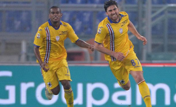 Sampdorian Ervin Zukanovic (oik.) juhlii viime hetken tasoitusmaaliaan.