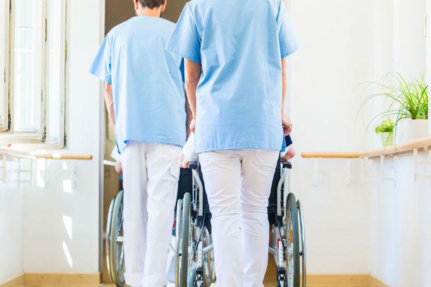 Osa sairaanhoitajista miettii vaihtavansa alaa influenssarokotuksen takia.