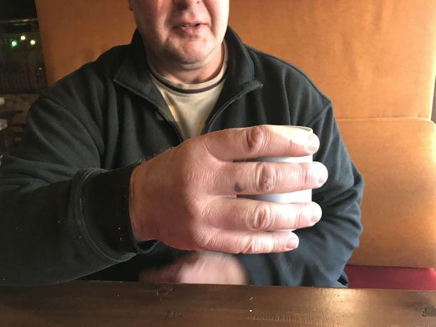 Normaalikokoinen kahvikuppi näyttää pieneltä Riku Kirin kädessä. Valtavista kourista oli suuri hyöty vahvin mies -kisojen pitolajeissa.