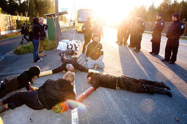 Poliisilla oli kädet täynnä ydinvoiman vastaisen mielenosoituksen vuoksi Olkiluodon liepeillä.