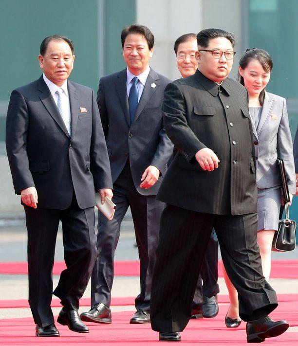 Kim Jong-un marssi tapaamaan Etelä-Korean presidenttiä huhtikuun lopulla ja jalassa olivat korottavat kengät. Takavasemmalla Kim Yong-chol.
