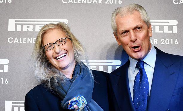 Kuvassa valokuvaaja Annie Leibovitz ja Pirellin toimitusjohtaja Marco Tronchetti Provera.