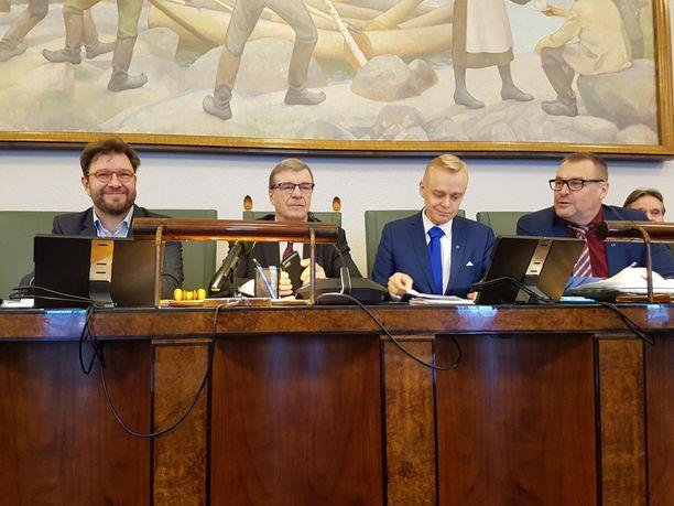 Eduskunnan valtiovarainvaliokunta antoi budjettimietintönsä perjantaina. Kuvassa kansanedustajat Timo Harakka (sd), valiokunnan puheenjohtaja Timo Kalli (kesk), Timo Heinonen (kok) ja Matti Torvinen (sin)