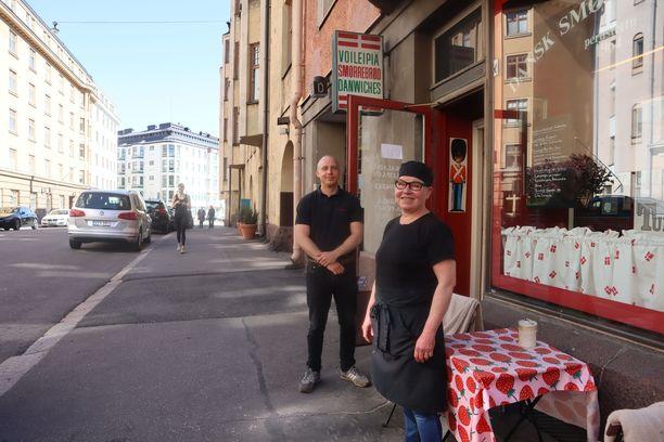 Marja Lindgren (edessä) ja Jarkko etsivät ravintolalleen perinteitä kunnioittavaa omistajaa.