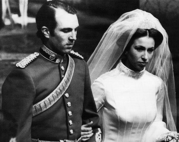 Prinsessa Annen häitä ei näytetä The Crownissa lainkaan. Hänen ensimmäistä puolisoaankaan ei näytetä kuin vilauksina. Prinsessa Anne ja Mark Phillips olivat naimisissa 1973-1992.