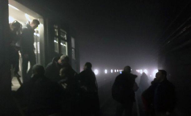 Matkustajat poistuivat junasta metrotunneliin iskun jälkeen.