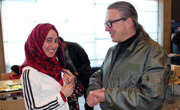 Vastaanottokeskuksen johtaja Ilkka Peura ja vapaaehtoisena tulkkina toimiva irakilainen Sora keskustelivat päivän tapahtumista.