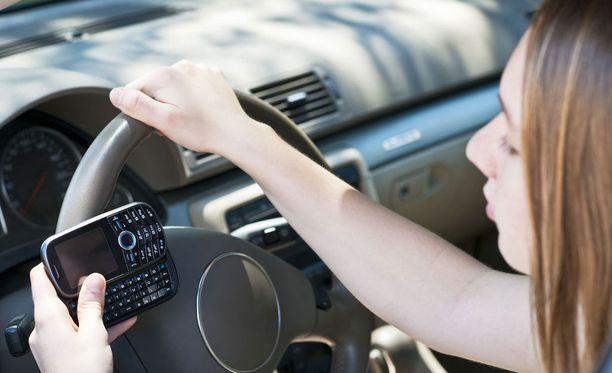 Nuoret ottavat isompia riskejä ajaessaan. THL:n mukaan 18-24-vuotiaista kuljettajista lähes joka viides kertoo ylittävänsä nopeusrajoituksia joko usein tai hyvin usein. Kuvituskuva.