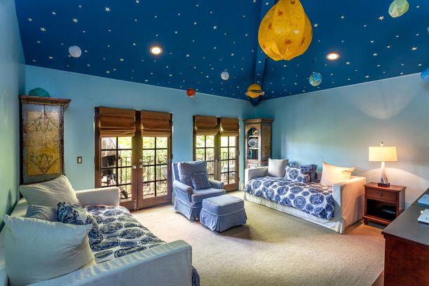 Lastenhuoneen katto on leikkisä, mutta muuten tila näyttää enemmän vierashuoneelta.