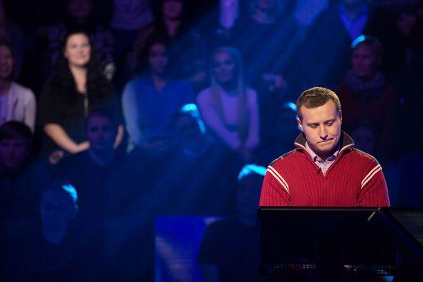 Kunnanjohtaja Matias Hildén tavoittelee miljoonaa euroa Nelosen tietokisassa.