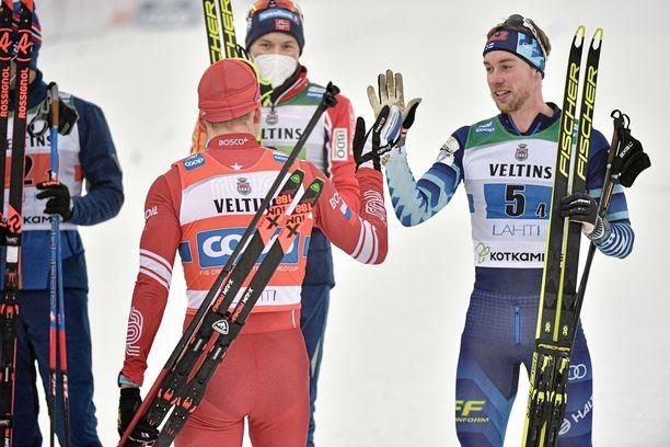 Bolshunov ja Mäki paiskasivat kättä kymmenisen minuuttia maaliintulon jälkeen.