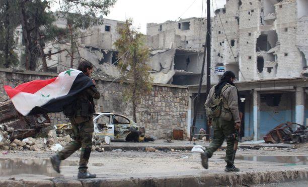 Syyrian hallituksen sotilaat kävelivät Aleppon kaduilla keskiviikkona.