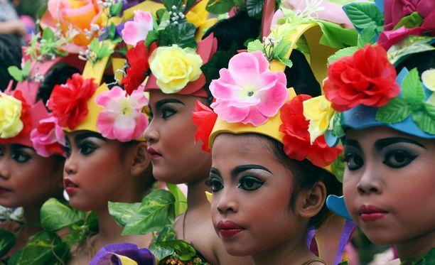 Indonesiassa lapset osallistuvat auringonlaskun paraatiin Balin saarella.