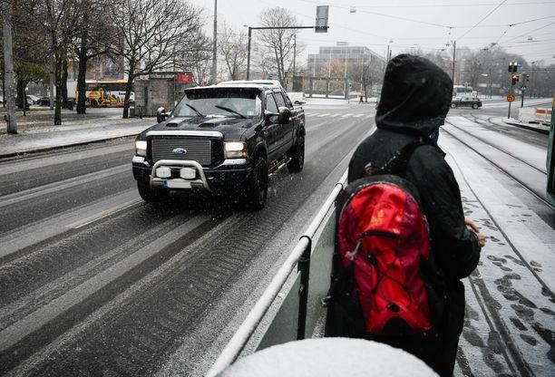 Maanantaina valkoinen lumipeite värjäsi Helsingin kadut. Arkistokuva.