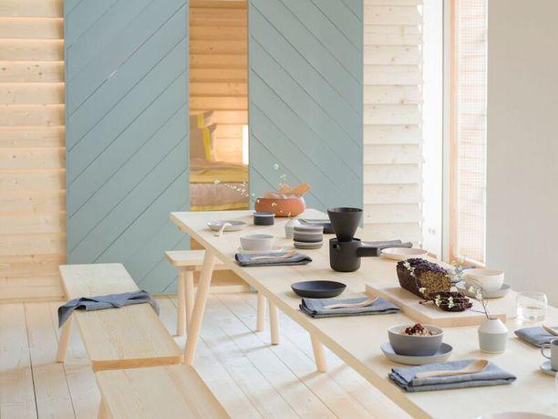 Pirttipöytä, penkit ja yöpöydät on suunnittelutoimisto Mattila&Merzin käsialaa. Toteutus Nikarin. Aamiaiastiaston suunnitteli Natalie L.