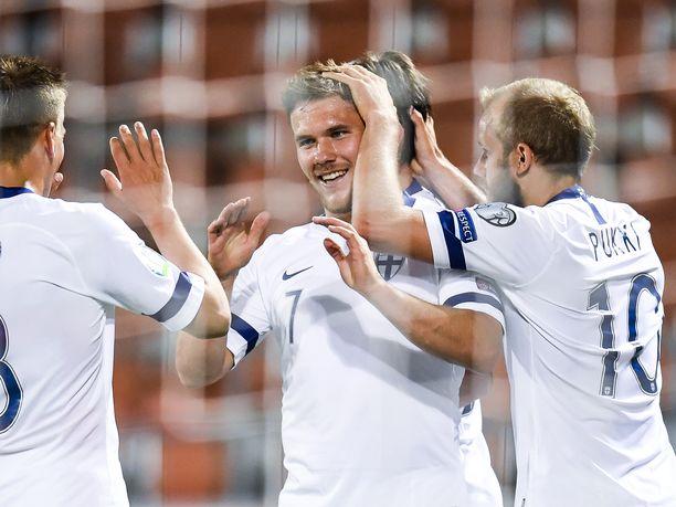 Benjamin Källman pääsi joukkuekavereidensa onnittelujen kohteeksi.