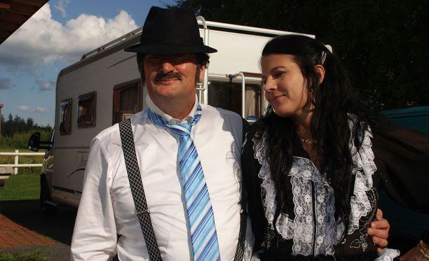 Mikko Kiviluoman roolihahmon nimi on Allu, jolla on kainalossaan Pirjo-vaimo.