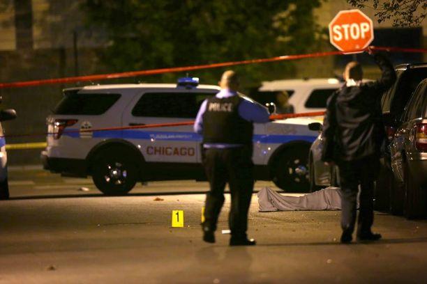 Poliisi työskenteli maanantaina Chicagossa rikospaikalla, jossa mies ammuttiin kuoliaaksi Washington Parkin kaupunginosassa.