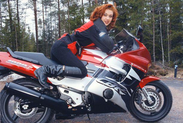 Saija Varjus 19 vuotta sitten Vampulassa. Tangokuningatar hoiti keikkamatkansa moottoripyörällään.