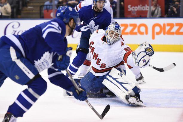 Dave Ayres hyppäsi kaukaloon erikoisissa tamineissa: paita oli Hurricanesin, muu univormu Maple Leafsin.