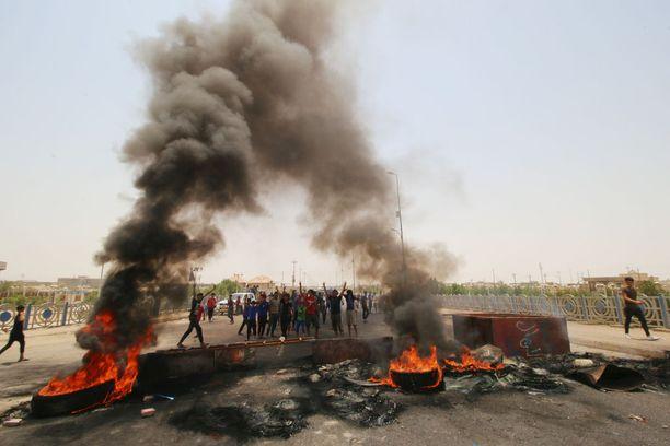 Etelä-Irakin Basrassa mellakat ovat jatkuneet. Sunnuntaiksi odotetaan massamielenosoituksia. Kuva torstailta.