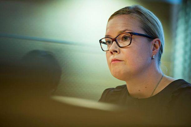 Sosiaali- ja terveysministeri Laura Räty (kok) joutui luupin alle verokikkailustaan ja pienituloisia koskevista lausunnoistaan.