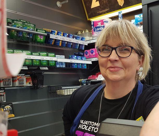 R-kauppias Heli Kärkkäinen kuulee kioskissaan monia pelitarinoita. Vaikka 90 miljoonan kuponkia ei pelattu hänen kioskissaan, viikonlopun puheenaihe asiakkaiden kanssa on ollut selvä.