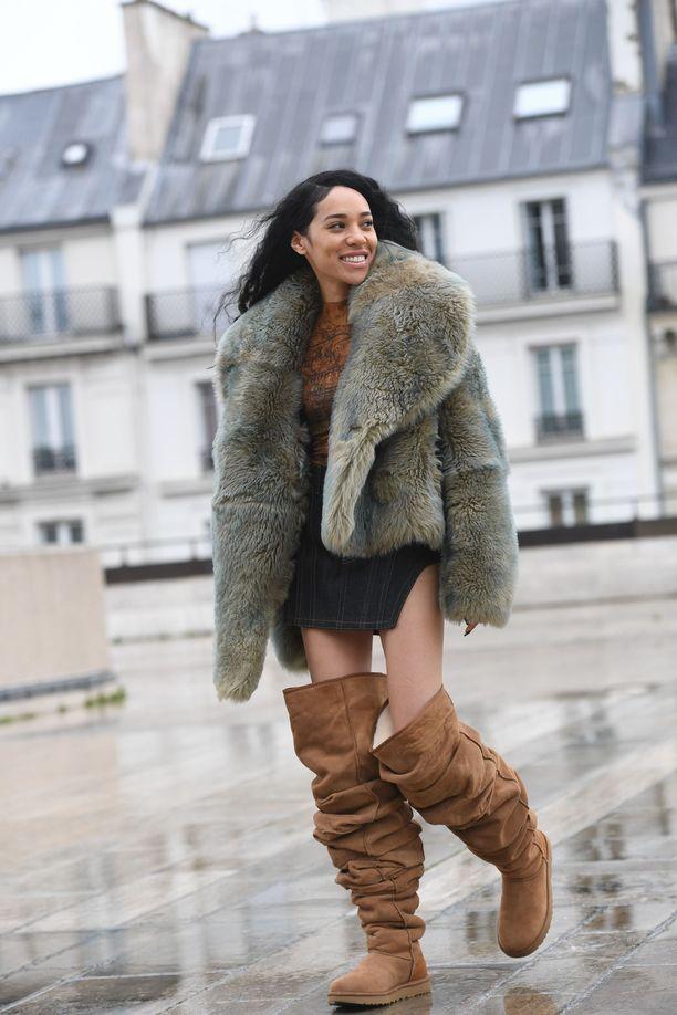 Aleali May esitteli Ugg x Y/Projectin saappaita Pariisin muotiviikolla.