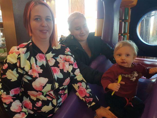 Miikka Kannisto (10 kk) oli onnettomuudessa kuolleen Milla Virtasen kummipoika. Kuvassa on Millan täti Mari Kannisto ja ystävä Sanna Pukkinen.